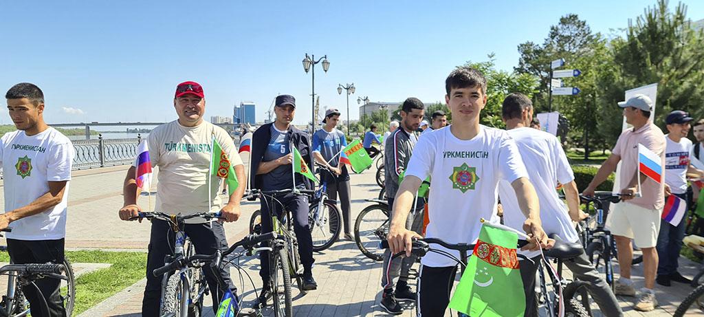 Туркменский флаг на набережной Волги в Астрахани