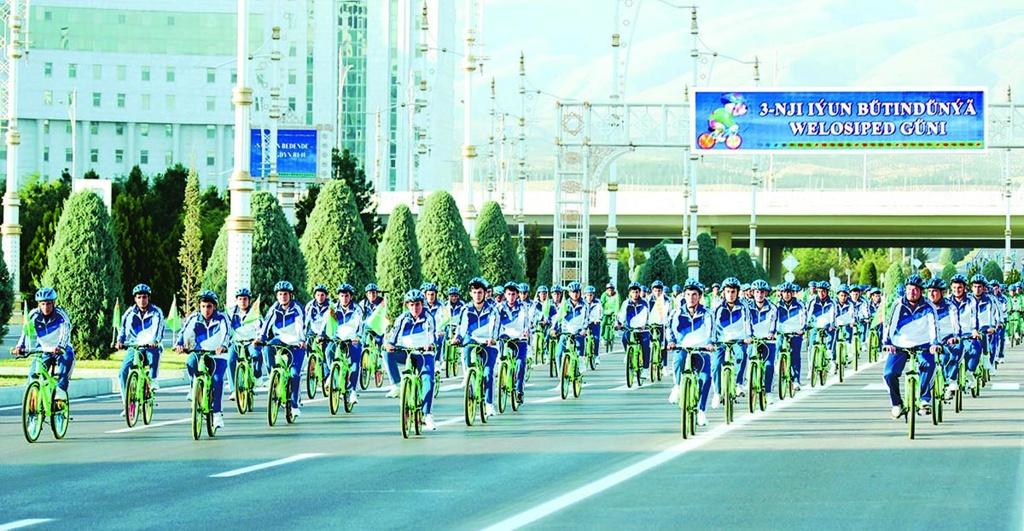 Бердымухамедов принял участие в массовом велопробеге в честь Всемирного дня велосипеда