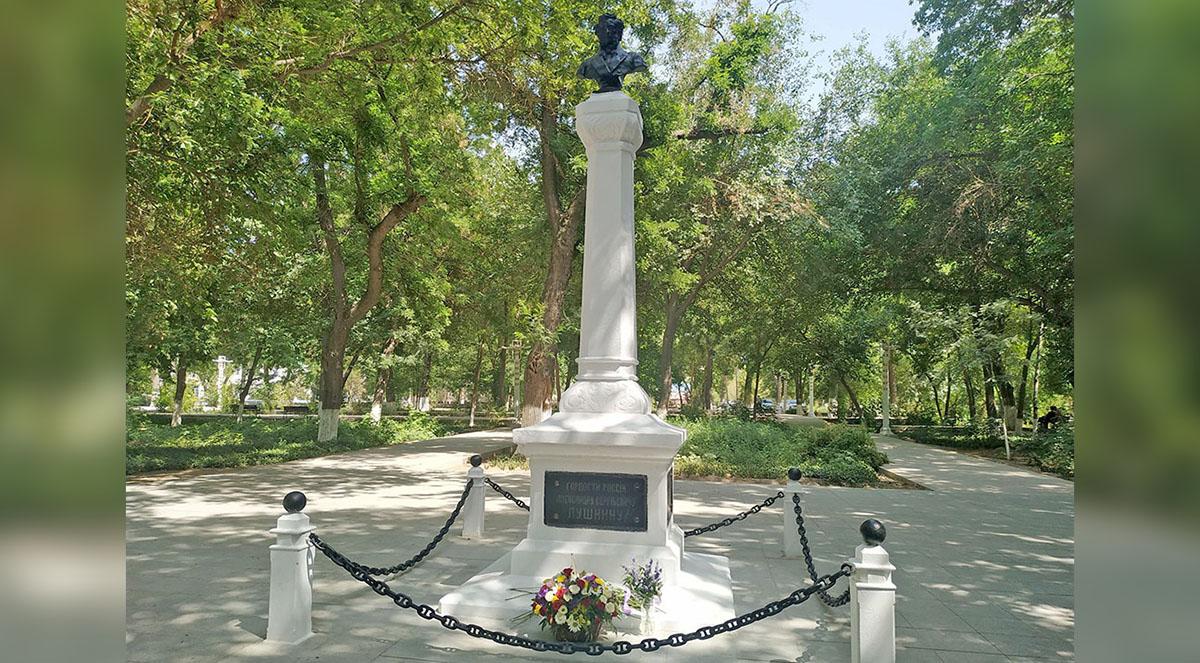 И на устах певца твой стих живет, Он прозвучит сегодня по-туркменски…
