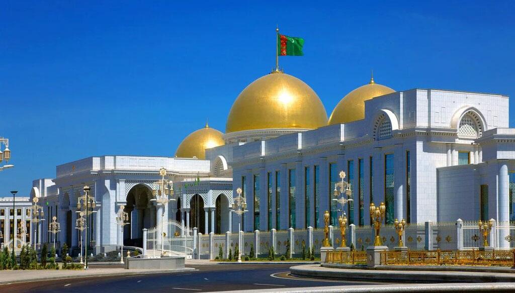 Президент Туркменистана подарил Сердару Бердымухамедову жеребца Ханкервена